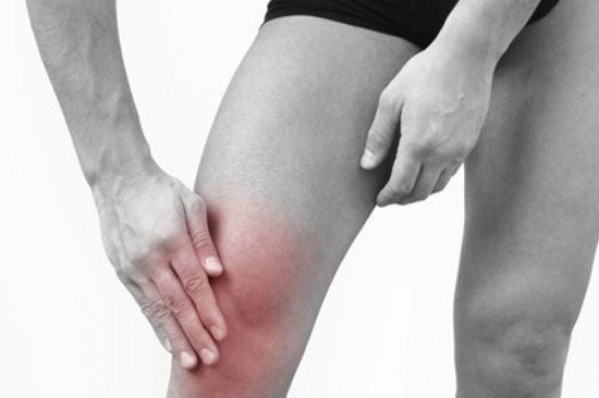 Суставы при артрите Кашин-Бека постепенно утолщаются и меняют форму, начинают болеть и хрустеть при движении.