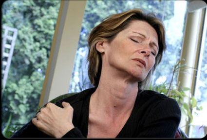 Острая внезапная боль при острой форме плечелопаточного периартрита