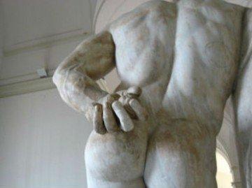 Поза больного с синдромом грушевидной мышцы, запечатленная в мраморе