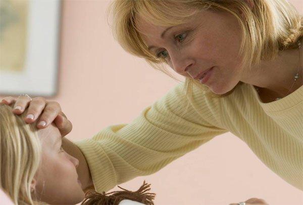Мама трогает лоб ребёнка