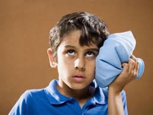 Мальчик прикладывает холод к месту ушиба на голове