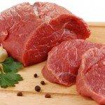 Куски мяса на разделочной доске