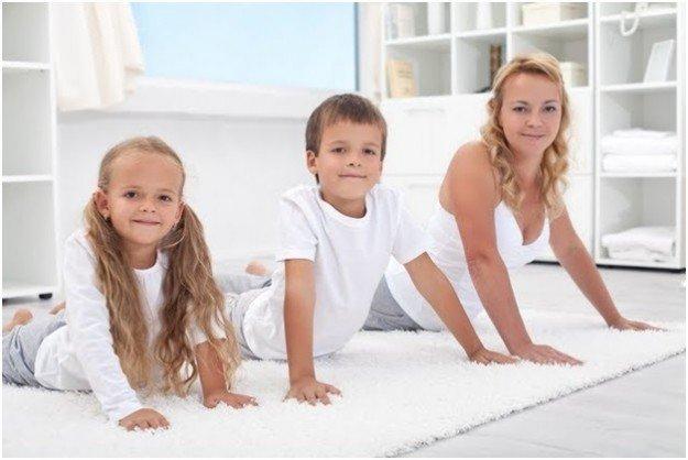 Мама с детьми делает зарядку
