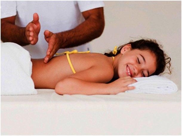 мастер делает массаж девочке
