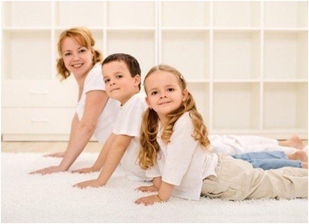 Мама с детьми занимается йогой