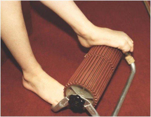Ноги на специальном приборе для устранения плоскостопии