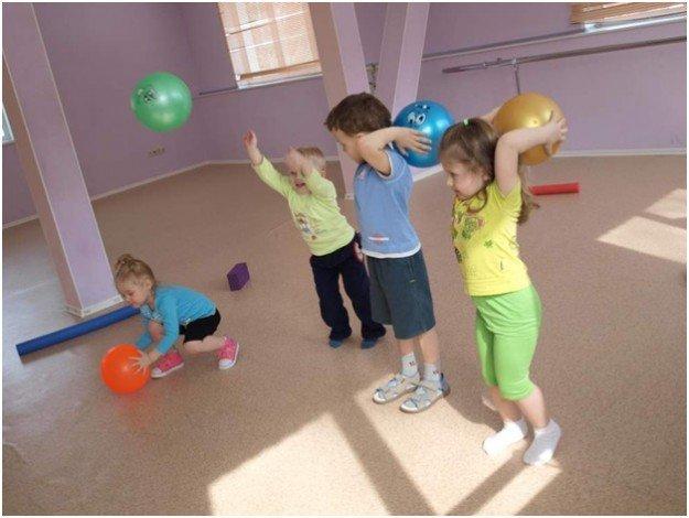 Дети делают упражнения с мячами