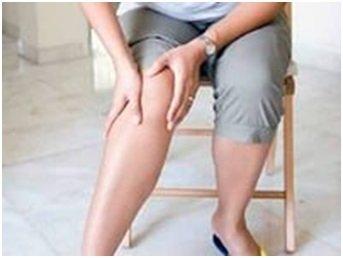 человек держится за колено