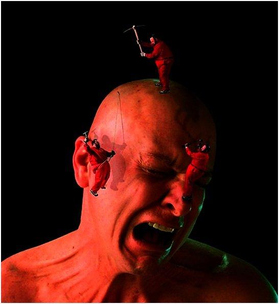 Адские боли в голове изображены работягами, которые бьют по голове кирками