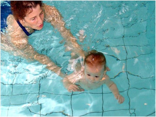 мама плавает с ребенком