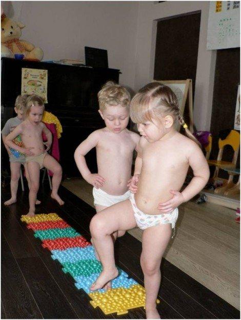 мальчик и девочка на массажном коврике