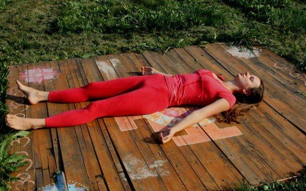 девушка лежит на досках