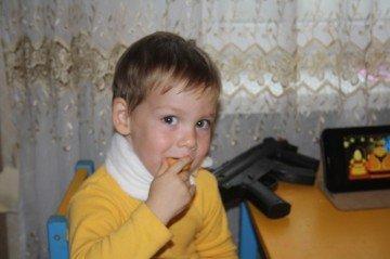 Мальчик, большой миозитом, с компрессом на шее