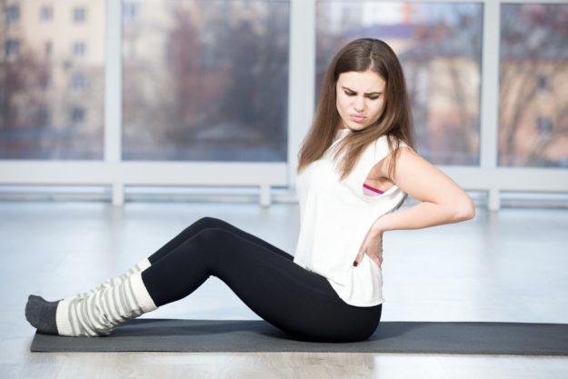 Боль в мышцах спины у девушки