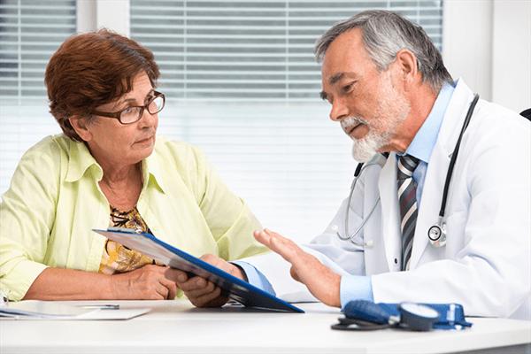 Врач назначает пациентке лечение