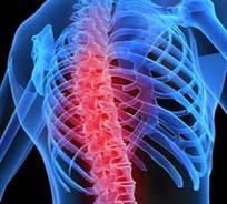 Боль сначала может появляться в спине, затем под правым плечом, увеличивается при