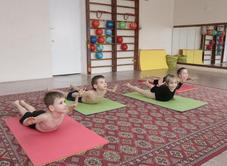 Занятия лечебной гимнастикой могут проводиться в школе, специализированных учреждениях и даже дома