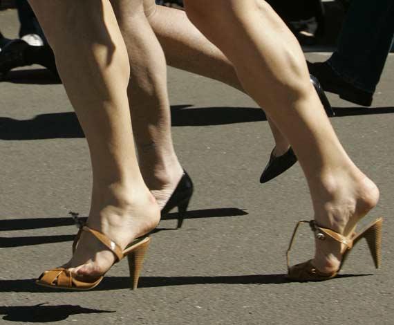 девушка в неудобной обуви