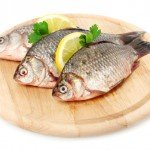 Свежая рыба на разделочной доске