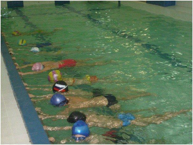 дети занимаются в бассейне