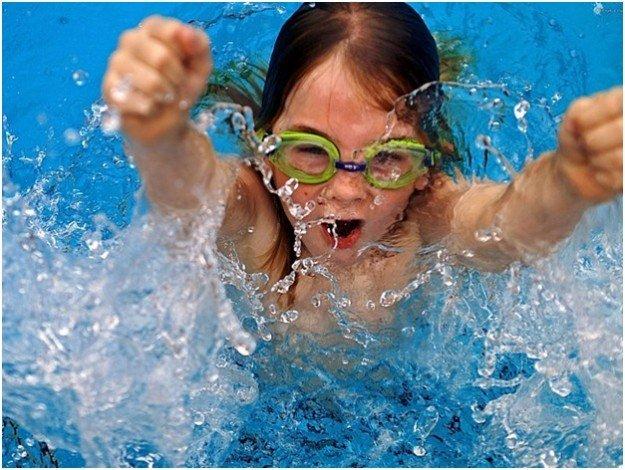 девочка выныривает из воды