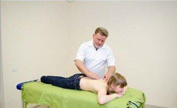 доктор делает массаж девочке
