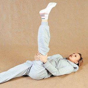 Девушка выполняет упражнение для ног