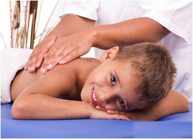 мальчик получает удовольствие от массажа