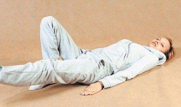 Девушка выполняет упражнения на полу