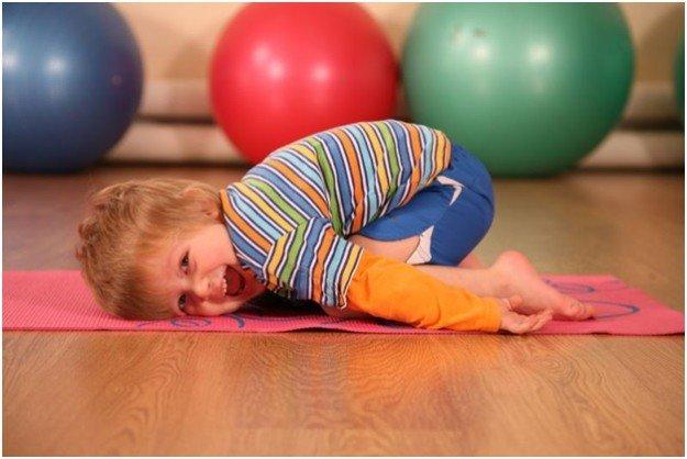мальчик делает гимнастику