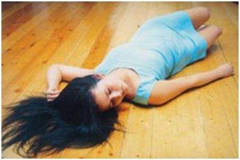 девушка лежит на полу без сознания