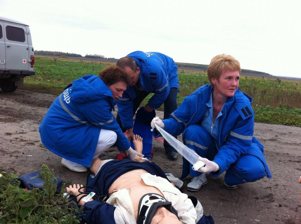 врачи оказывают помощь пострадавшему
