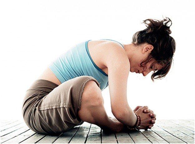 женщина сидит в позе йоги