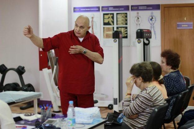 Доктор Бубновский инструктирует пациентов