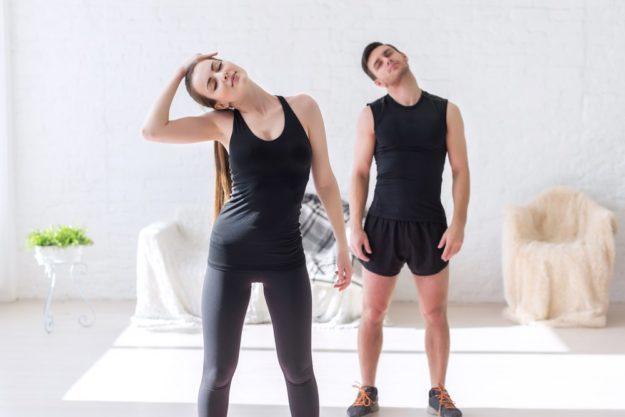 Женщина и мужчина делают упражнения