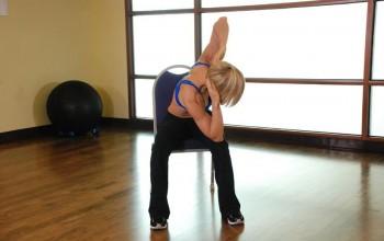 Упражнения на стуле для растяжки грудного отдела